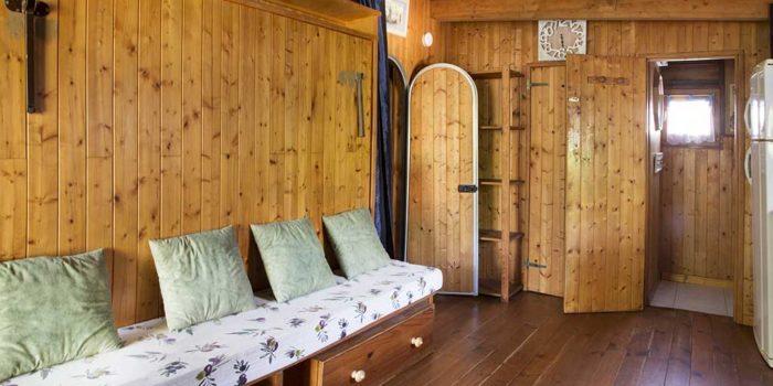 La pièce principale du gîte LE CABANON avec un lit placard.