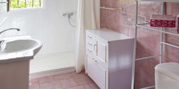 """Le cabinet de toilette du gîte """"LE PLEIN SUD"""" - LA GUYANNE GIENS"""