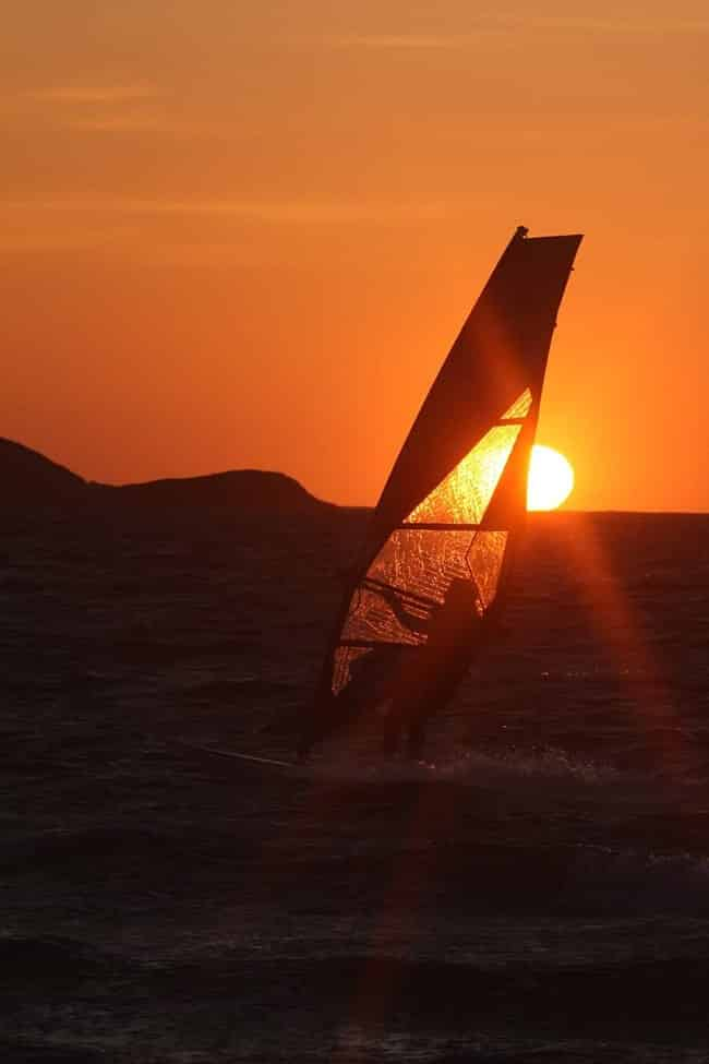"""Photo of a windsurfing board and a magnificent sunset on the Almanarre beach, a few meters from the """"Guyanne"""" lodgings."""